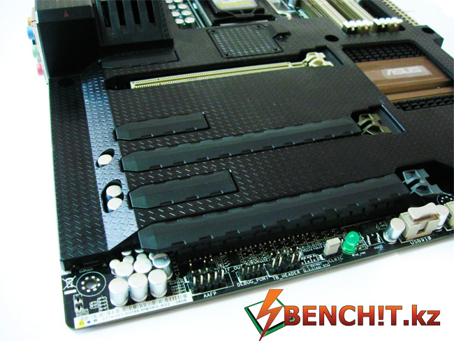 ASUS SABERTOOTH Z77 имеет заглушки для портов PCI-E и памяти